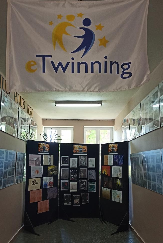 """Ilustracja do informacji: Zapraszamy na wystawę do Zespołu Szkół w Reszlu. Kreatywna poezja w ramach międzynarodowego projektu e-twinning """"CREATIVITY WITH POETRY""""."""